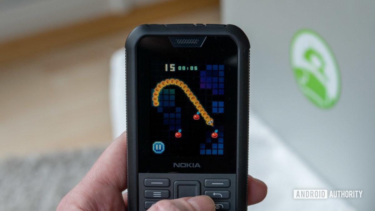 Nokia 800 Tough review playing Snake